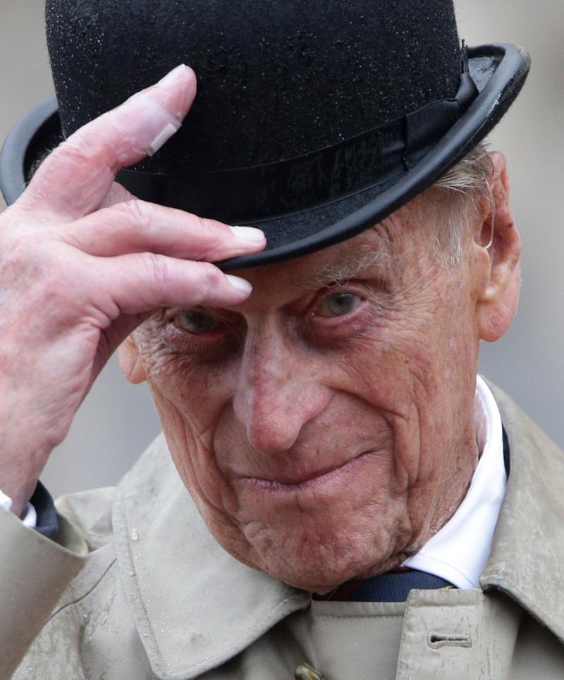 Ο πρίγκιπας Φίλιππος βγάζει το καπέλο του