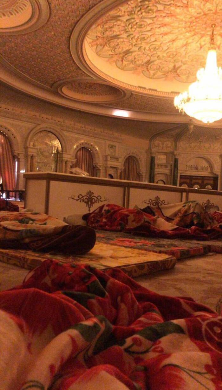 Πρίγκιπες και πλούσιοι επιχειρηματίες κοιμήθηκαν σε στρώματα με ακριβά χαλιά στην αίθουσα εκδηλώσεων Ritz Carlton.