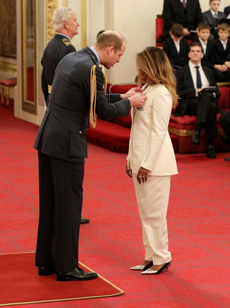Ο πρίγκιπας Γουίλιαμ απονέμει μετάλλιο στην τραγουδίστρια ΜΙΑ