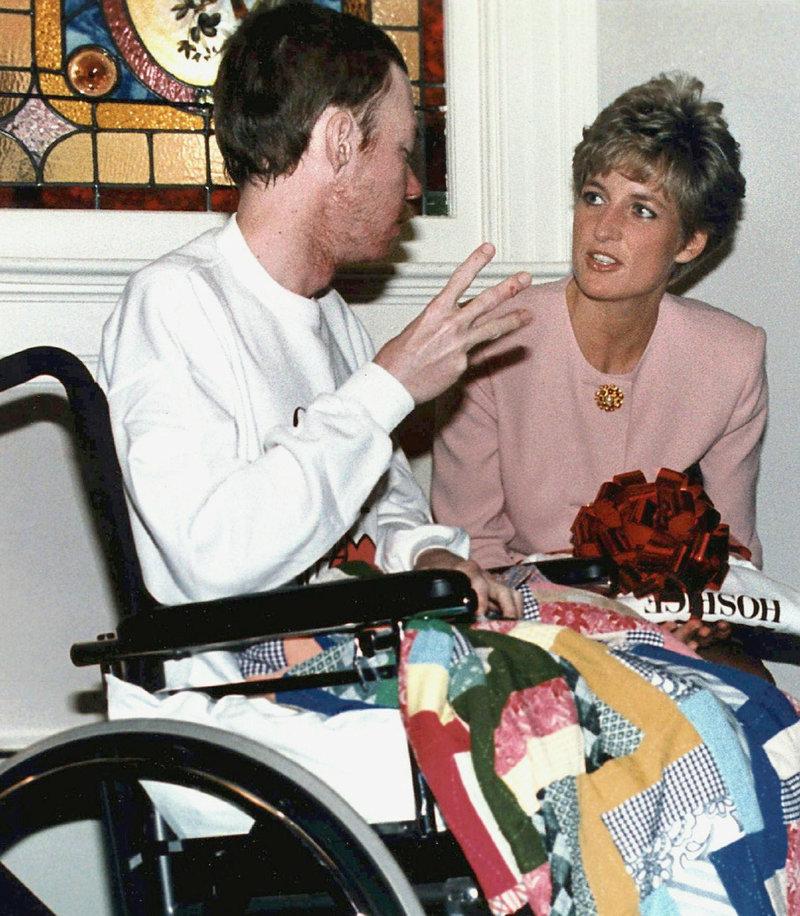 Στιγμιότυπο με την πριγκίπισσα Νταϊάνα να συνομιλεί με ασθενή που είχε AIDS