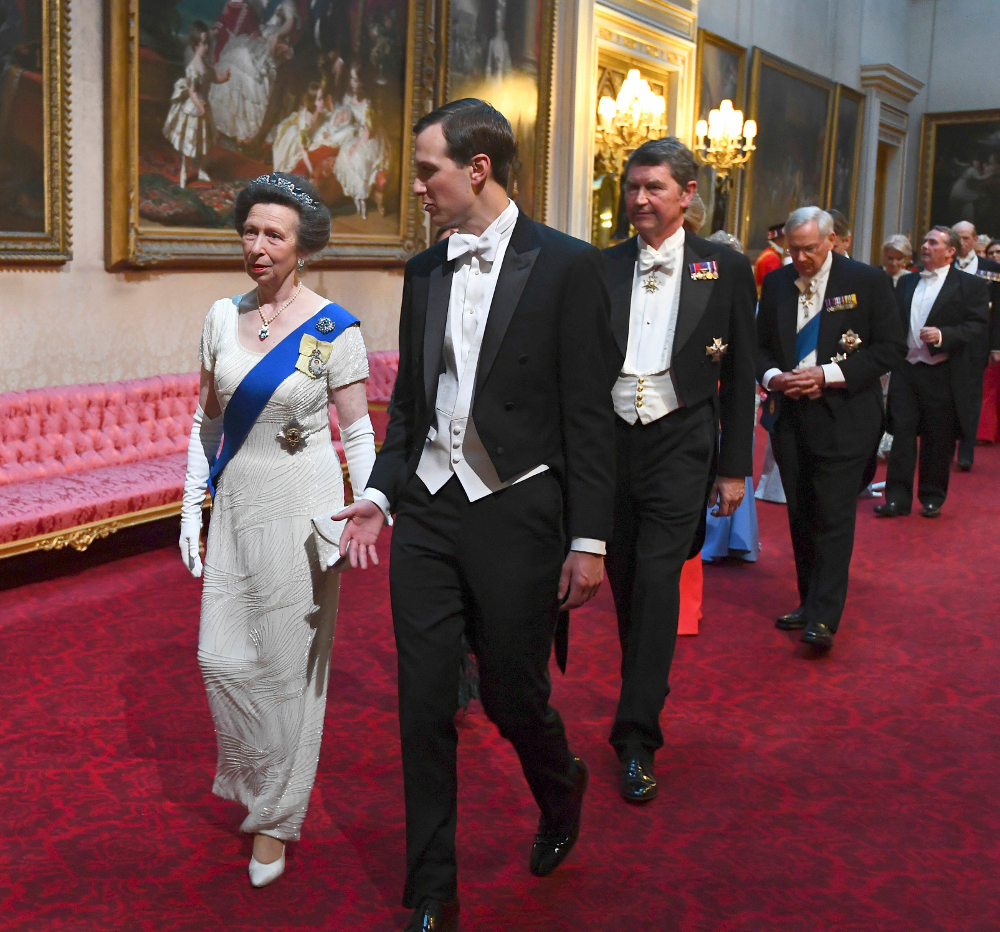 Και η πριγκίπισσα Άννα επέλεξε να φορέσει λευκό φόρεμα στο επίσημο δείπνο της βασίλισσας Ελισάβετ