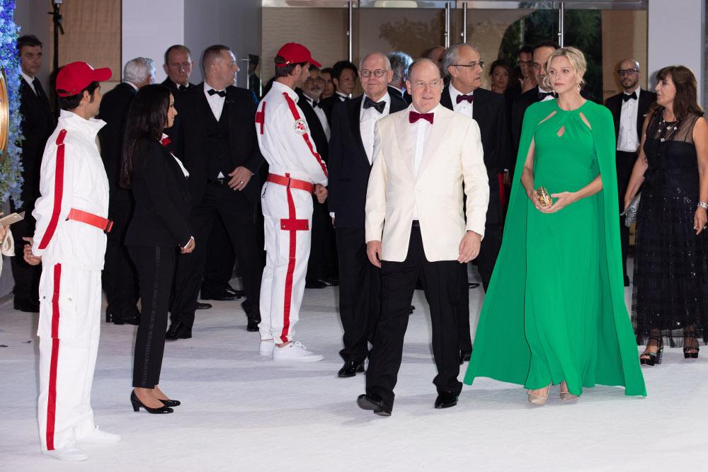 Πριγκίπισσα Σαρλίν και πρίγκιπας Αλβέρτος καταφθάνουν στο γκαλά του Ερυθρού Σταυρού