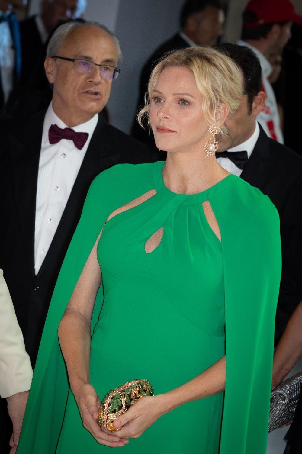 Η πριγκίπισσα Σαρλίν συνδύασε το σμαραγδί φόρεμα με λαμπερά μαργαριταρένια σκουλαρίκια και χρυσό clutch με πράσινες λεπτομέρειες