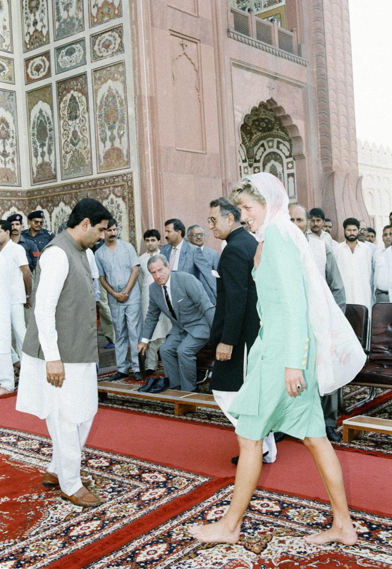 Η πριγκίπισσα Νταϊάνα μπαίνει ξυπόλητη στο μεγαλύτερο τέμενος της χώρας