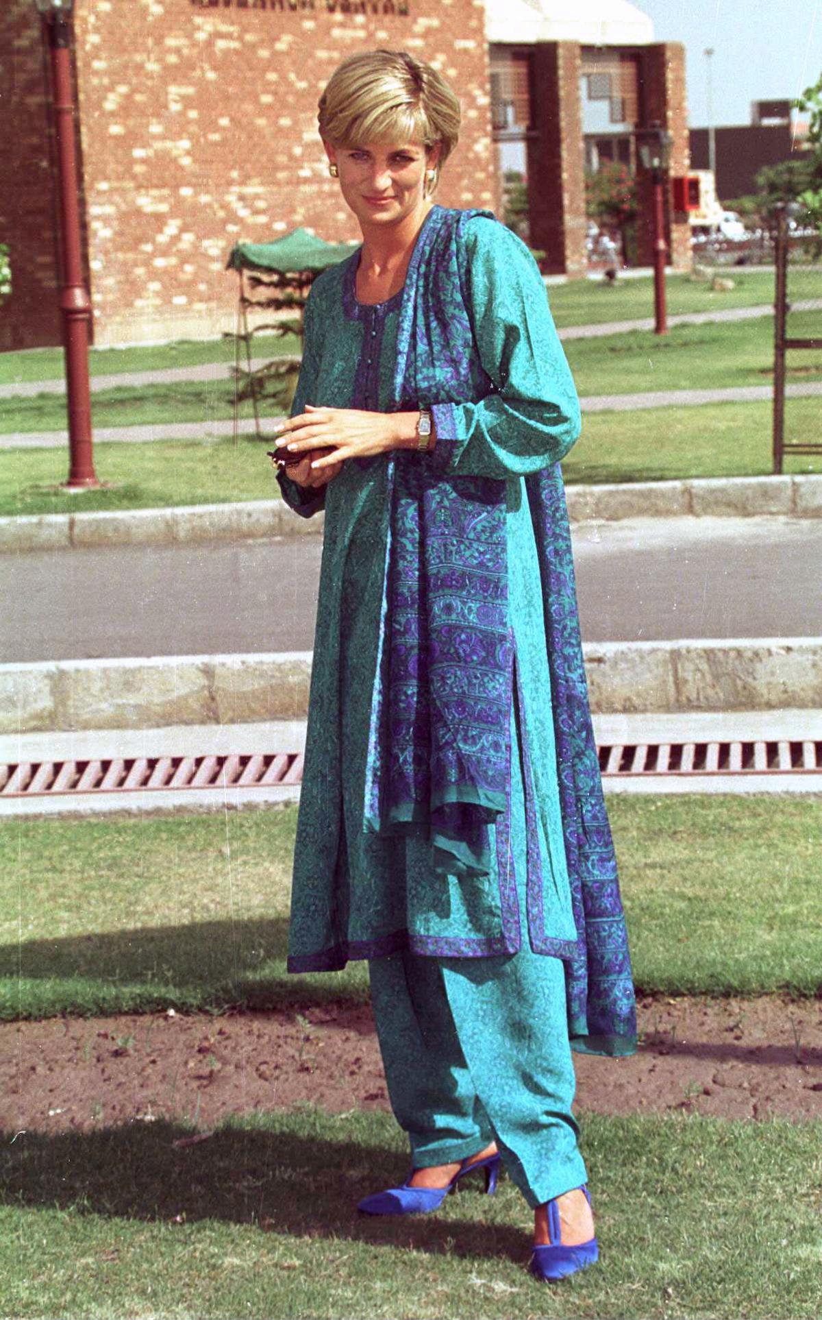 Η πριγκίπισσα Νταϊάνα με παραδοσιακό ένδυμα στο Πακιστάν