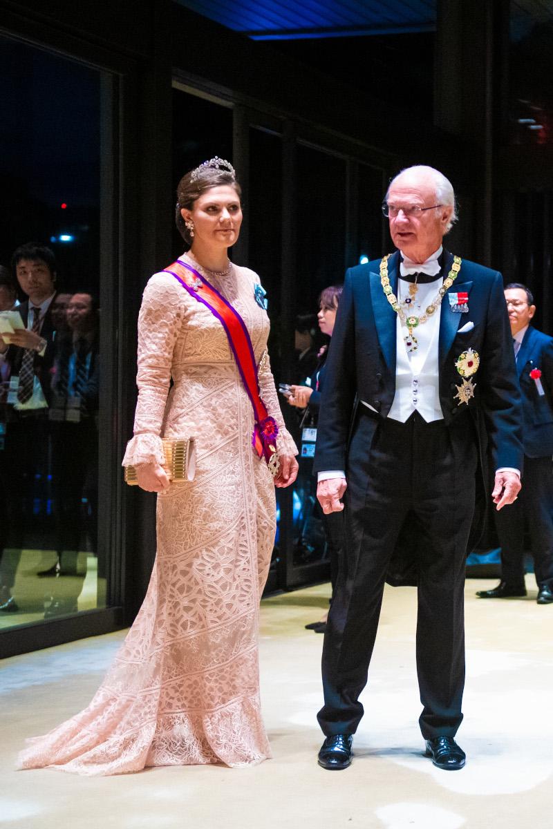 Η πριγκίπισσα Βικτόρια της Σουηδίας με ένα δαντελωτό μπεζ φόρεμα
