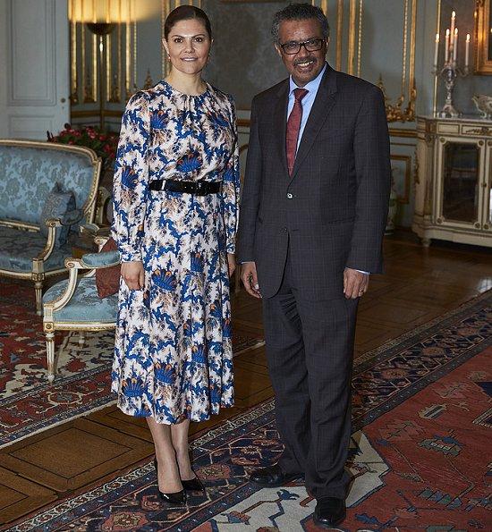 Η πριγκίπισσα Βικτόρια της Σουηδίας με το ίδιο φόρεμα, το οποίο συνδύασε με μαύρη ζώνη και μαύρες λουστρίν γόβες