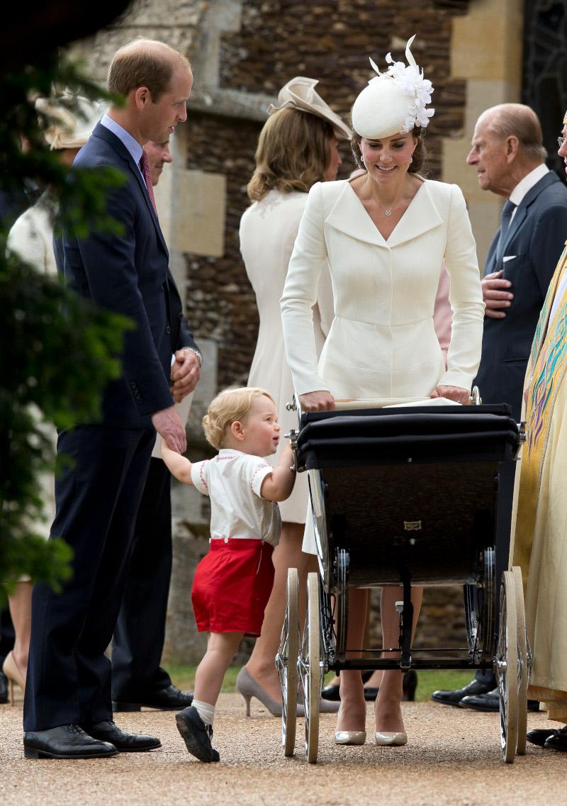 Η Κέιτ Μίντλετον μεταφέρει την πριγκίπισσα Σάρλοτ στην εκκλησία για την βάπτισή της σε ένα vintage καροτσάκι