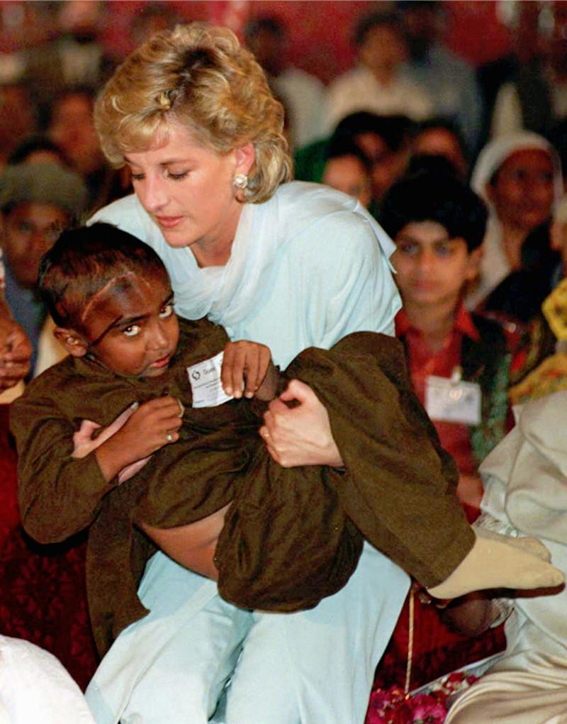 Η φωτογραφία της πριγκίπισσας Νταϊάνας με το άρρωστο παιδί σε νοσοκομείο του Πακιστάν