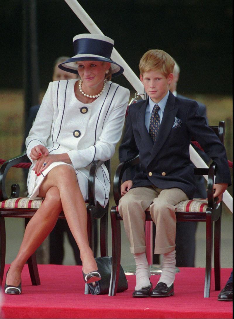 Η πριγκίπισσα Νταϊάνα με τον μικρότερο γιο της, πρίγκιπα Χάρι.