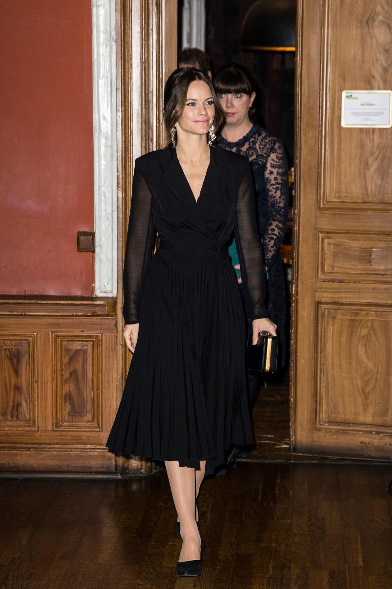 Εντυπωσιακή και συνάμα απλή με ένα μαύρο φόρεμα η πριγκίπισσα Σοφία της Σουηδίας