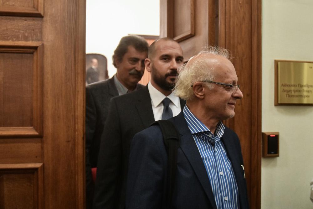 Οι δύο πρώην υπουργοί προσήλθαν κανονικά και αρνήθηκαν να εξέλθουν τις αίθουσας