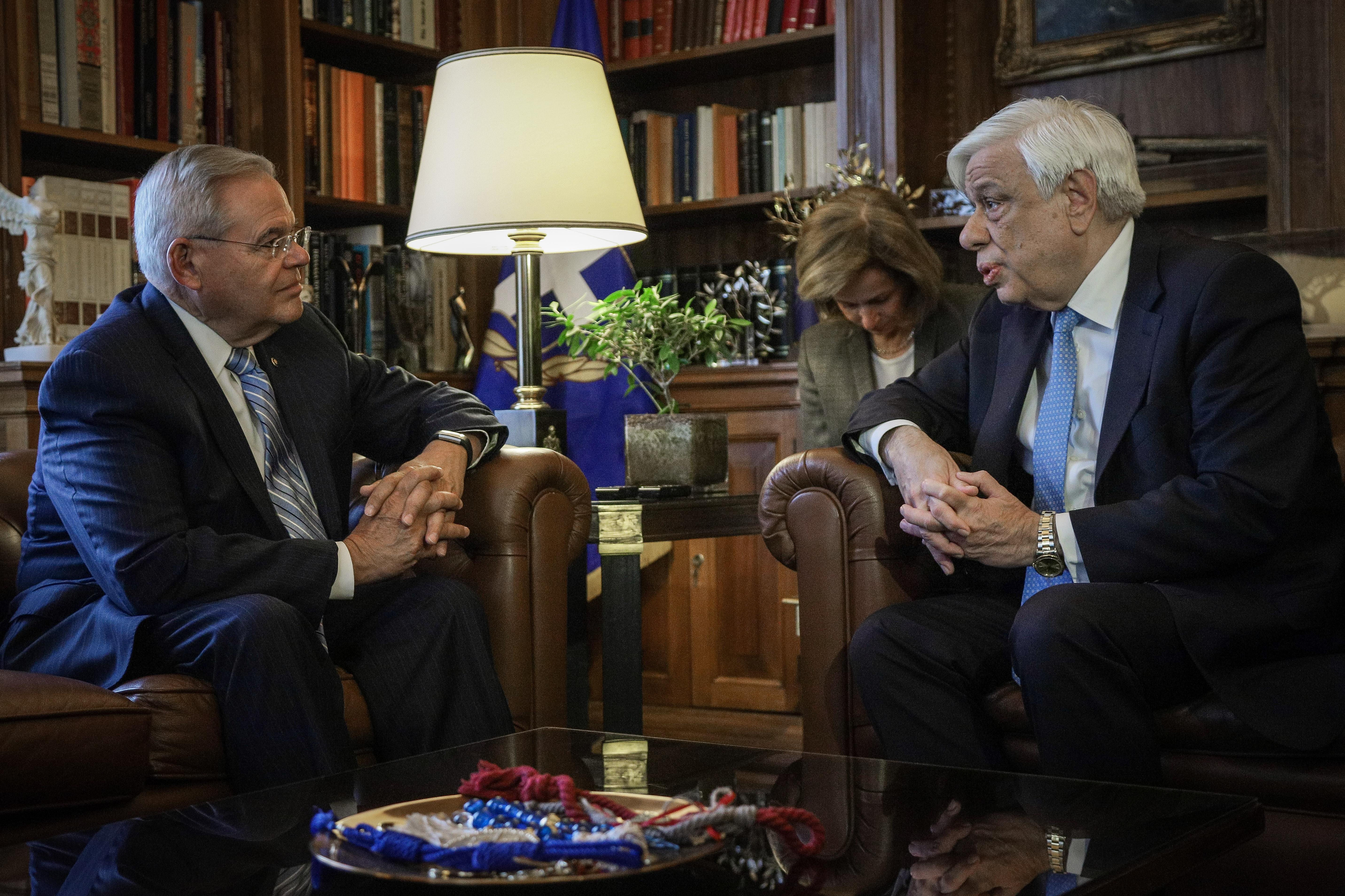 Ο Προκόπης Παυλόπουλος  με τον Ρόμπερτ Μενέντεζ στο Προεδρικό Μέγαρο