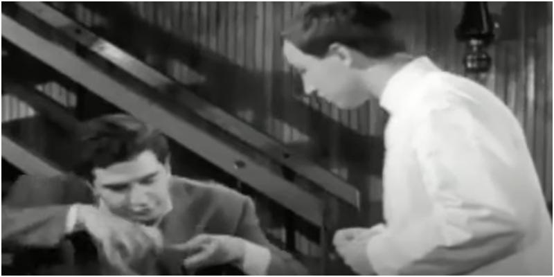 Γιώργος Κωνσταντίνου: Η εκπληκτική σκηνή όπου προσπαθεί να εξηγήσει στο γκαρσόν ότι θέλει να φάει προφιτερόλ, έχει γυριστεί στην θρυλική «Αλάσκα» στην πλατεία Κεφαλαρίου, που δεν υπάρχει πλέον.