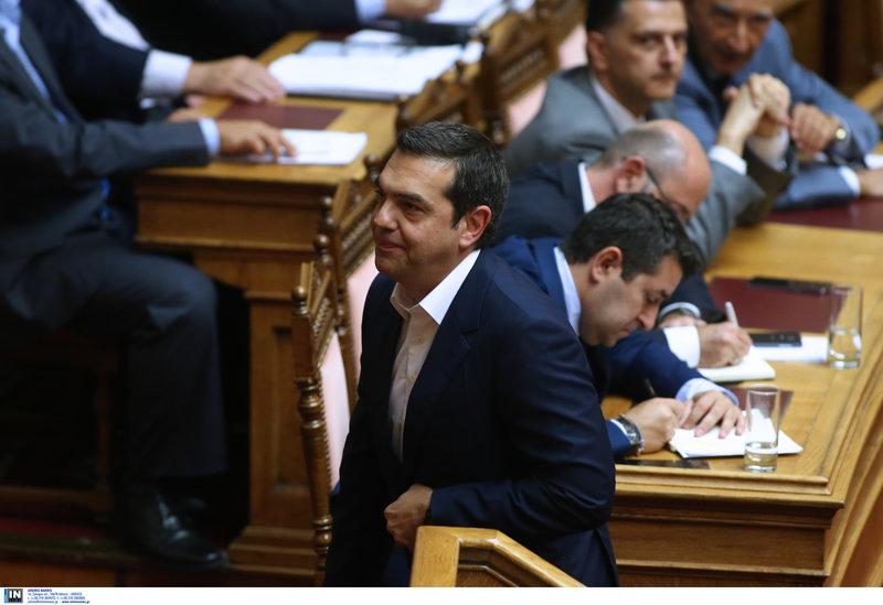 Ο Αλέξης Τσίπρας ανεβαίνει στο βήμα της Βουλής
