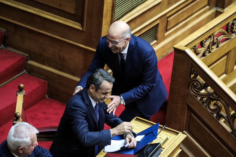 Ο Νίκος Δέδιας που ορκίστηκε ΥΠΕΞ με τον πρωθυπουργό Κυριάκο Μητσοτάκη και τον Π. Πικραμμένο