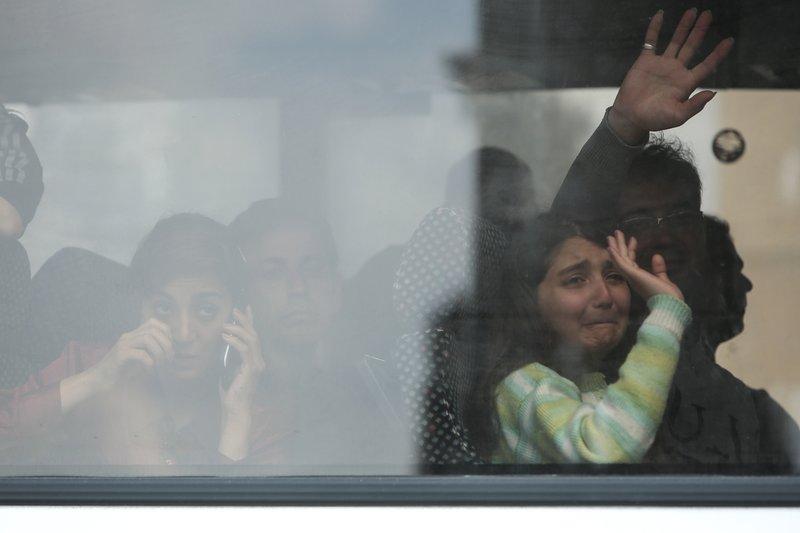 Με κλάματα οι πρόσφυγες χαιρετούν τις κάμερες