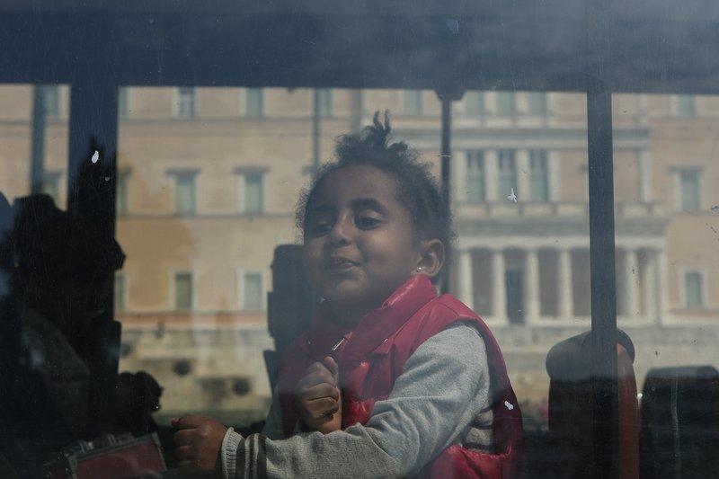 Ενα προσφυγόπουλο κοιτά τους φωτογράφους και χαμογελά -Φωτογραφία: George Vitsaras / SOOC