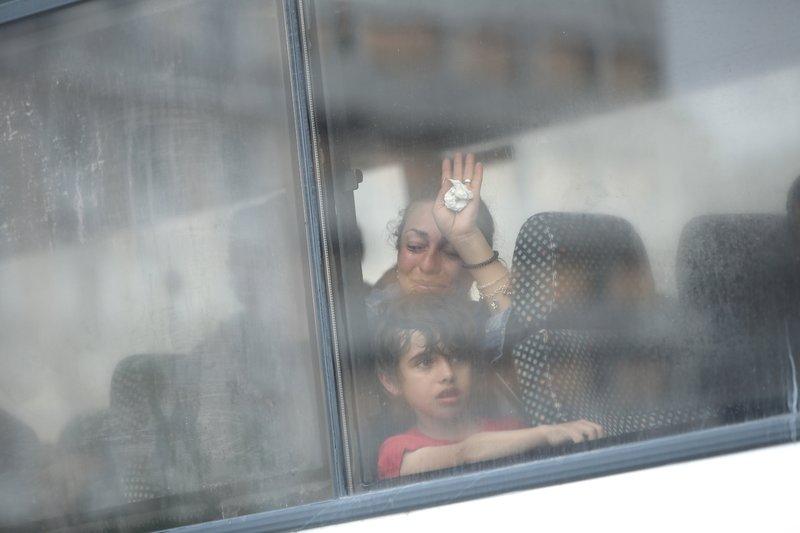 Μια μάνα κλαίει γοερά μέσα στο λεωφορείο-Φωτογραφία: George Vitsaras / SOOC