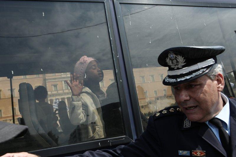 Η αστυνομία βάζει τους πρόσφυγες στα λεωφορεία-Φωτογραφία: George Vitsaras / SOOC