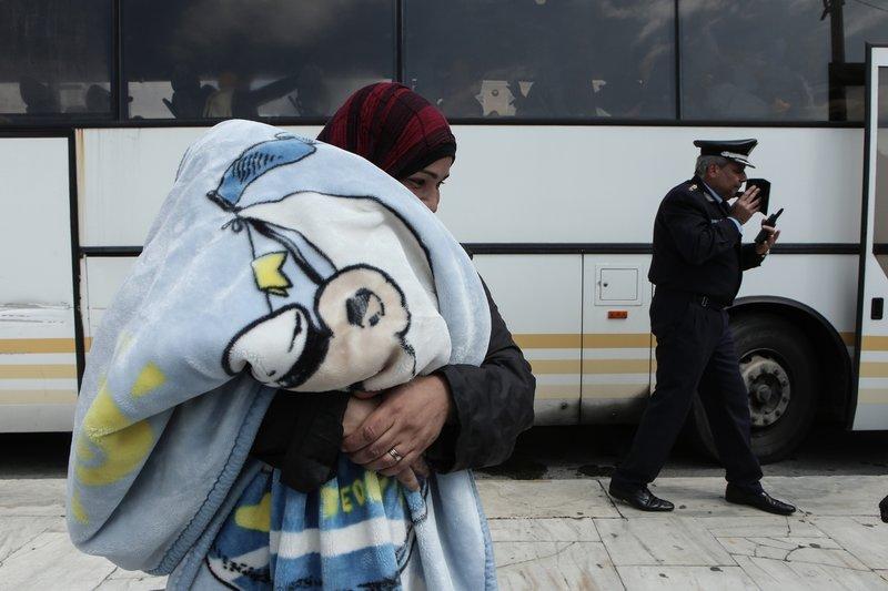 Μια γυναίκα με το μωρό της σε κουβέρτα-Φωτογραφία: George Vitsaras / SOOC
