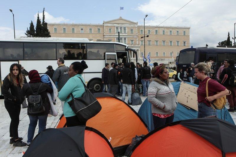 Οι πρόσφυγες μαζεύουν άρον-άρον τις σκηνές τους-Φωτογραφία: George Vitsaras / SOOC