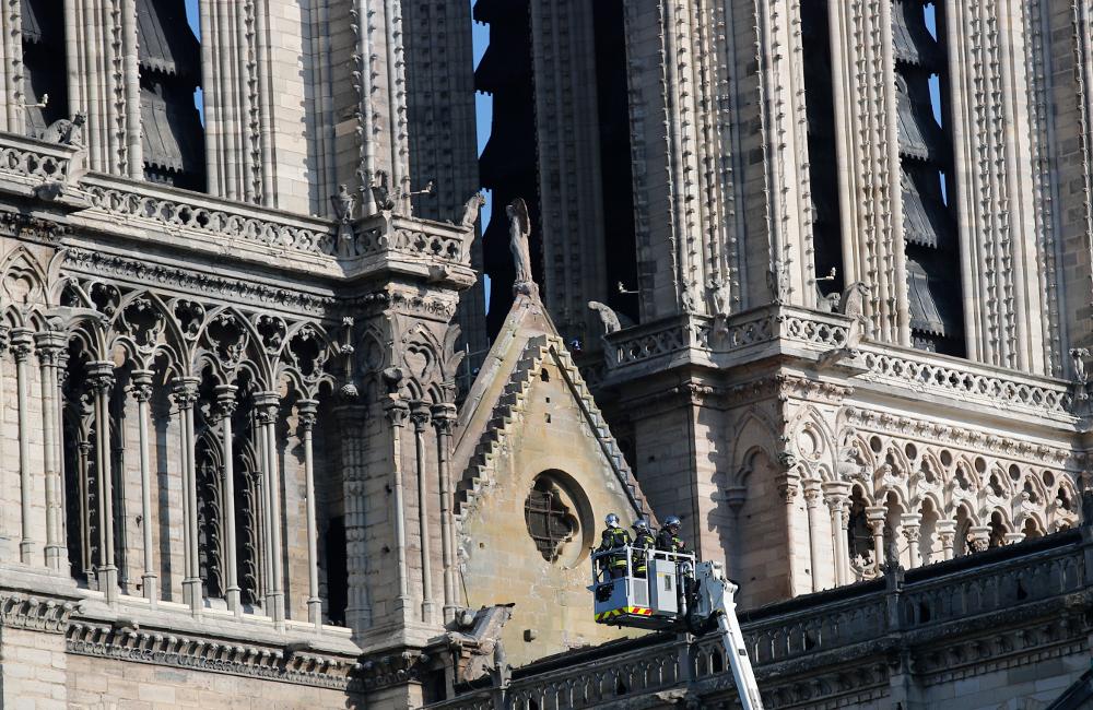 Τμήμα της Παναγίας των Παρισίων στην μπροστά είσοδο με τους πύργους