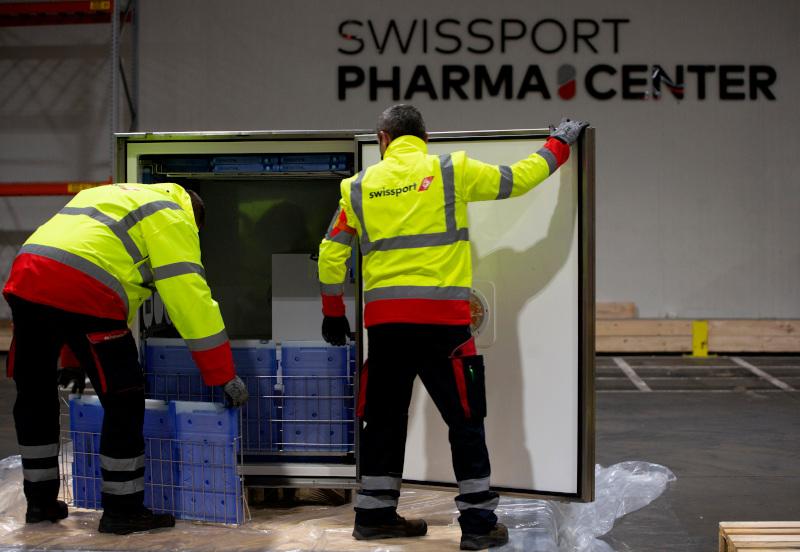 «Προστατεύοντας» με πάγο φαρμακευτικό υλικό. Υπάλληλοι αποθήκης στο Μέχελεν του Βελγίου προετοιμάζονται για την μεταφορά εμβολίων για τον κορωνοϊό