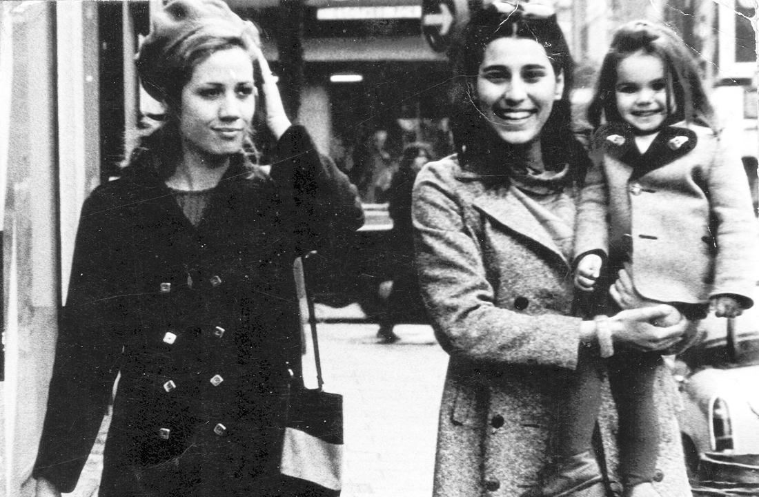 Η Νίκη Τυπάλδου με την Μαρία Φαραντούρη που κρατά στην αγκαλιά της την μικρή τότε Αννα Δρούζα.