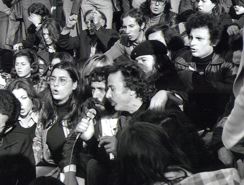 Πρώτη επέτειος πολυτεχνείου: Μαρία Φαραντούρη, Αντώνης Καλογιάννης, Νίκος Ξυλούρης και από πίσω  ο Κώστας Λαλιώτης