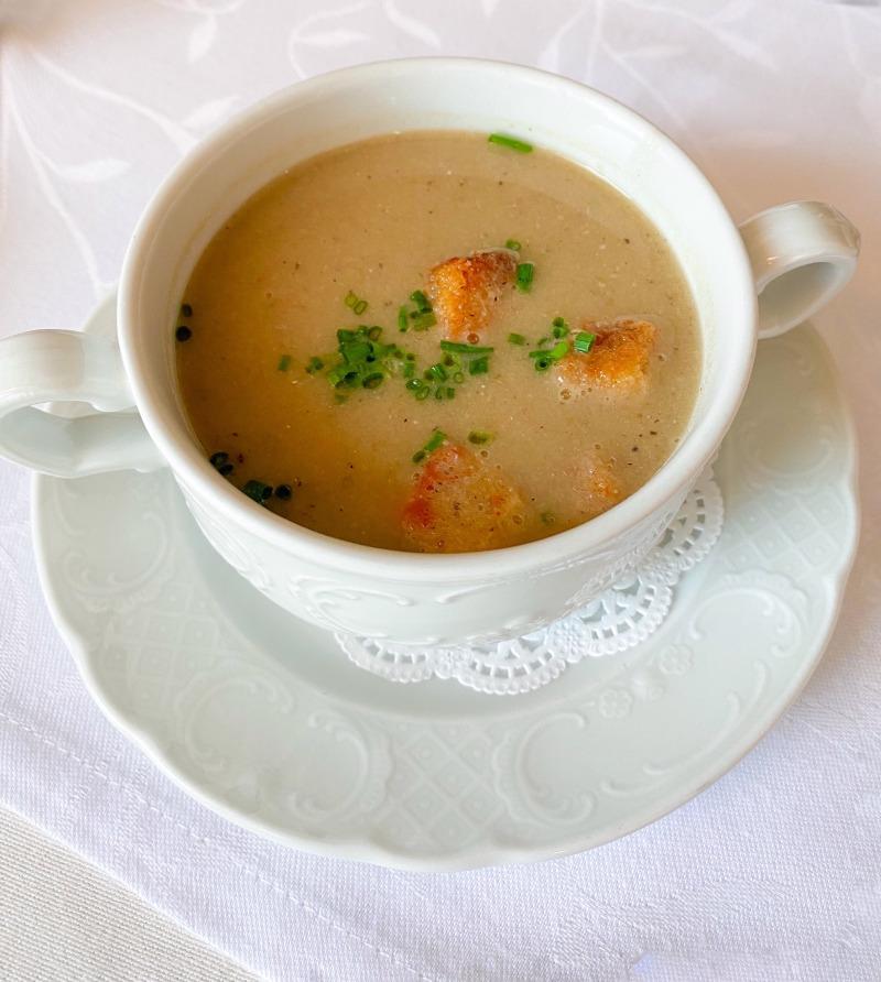 Λευκή ψαρόσουπα με σχοινόπρασο, σκορδάτα κρουτόν και σάλτσα Harissa