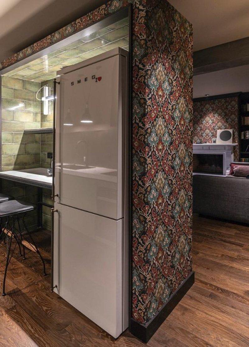 Ενα λευκό ψυγείο μέσα σε ένα floral τοίχο