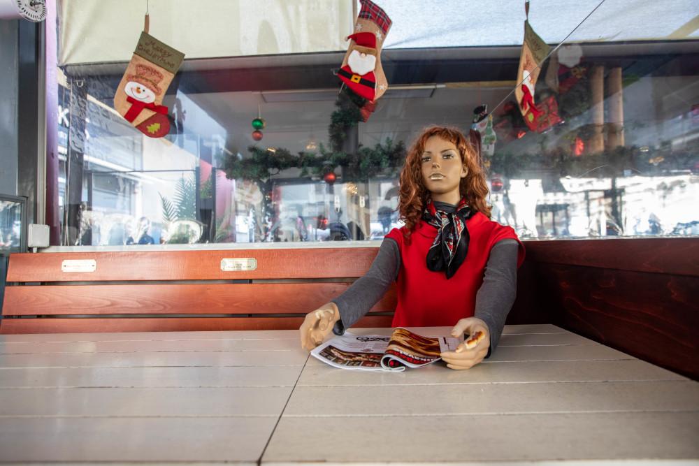 Κούκλα βιτρίνας σε τραπέζι ψητοπωλείου στην Θεσσαλονίκη