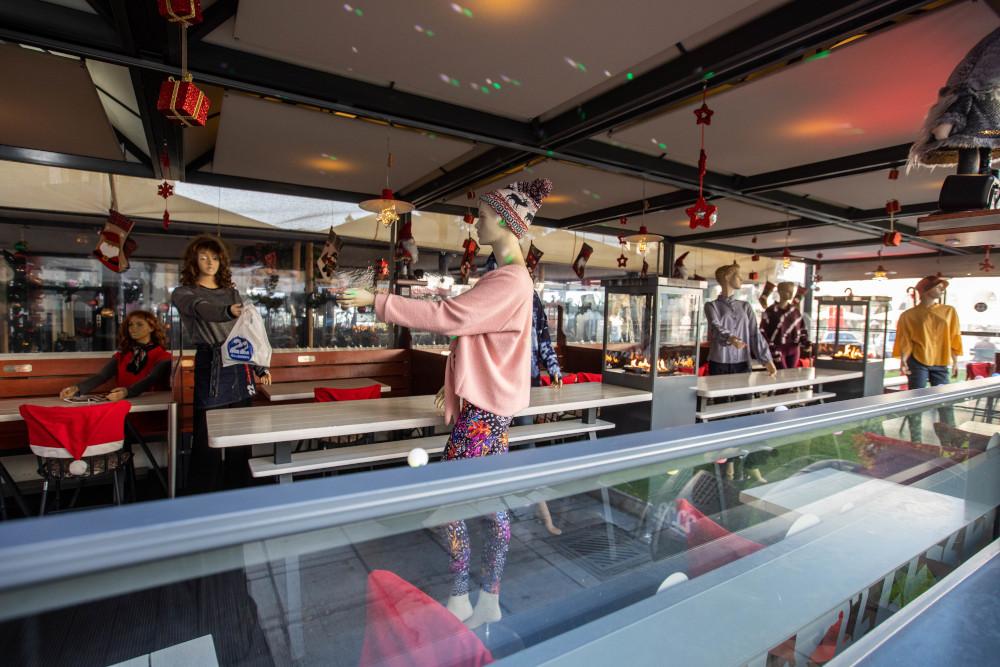Κούκλες βιτρίνας σε ψητοπωλείο στην Θεσσαλονίκη