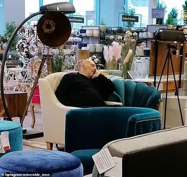 άνδρας κοιμάται σε καναπέ μαγαζιού