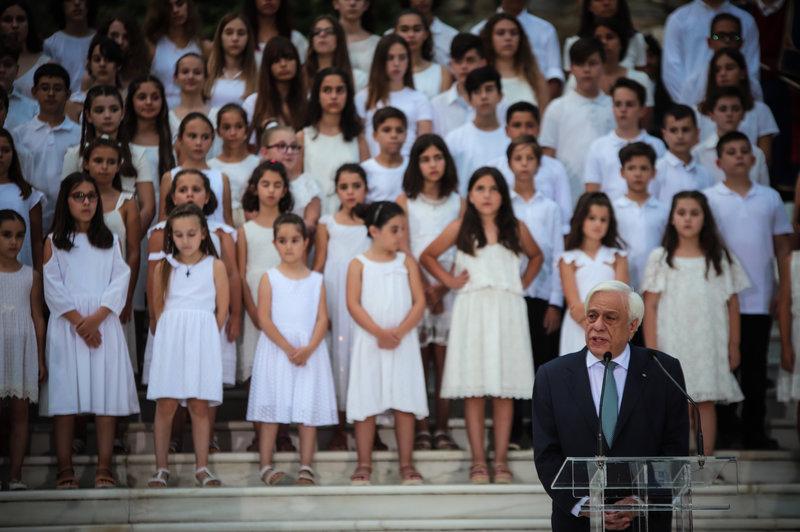 Ο Προκόπης Παυλόπουλος απευθύνει το μήνυμά του για την 45η επέτειο της αποκατάστασης της Δημοκρατίας.