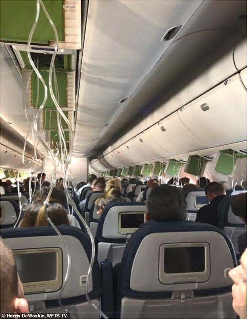 Επεσαν οι μάσκες καθώς έχανε ύψος το αεροσκάφος / Φωτογραφία: WFTS-TV
