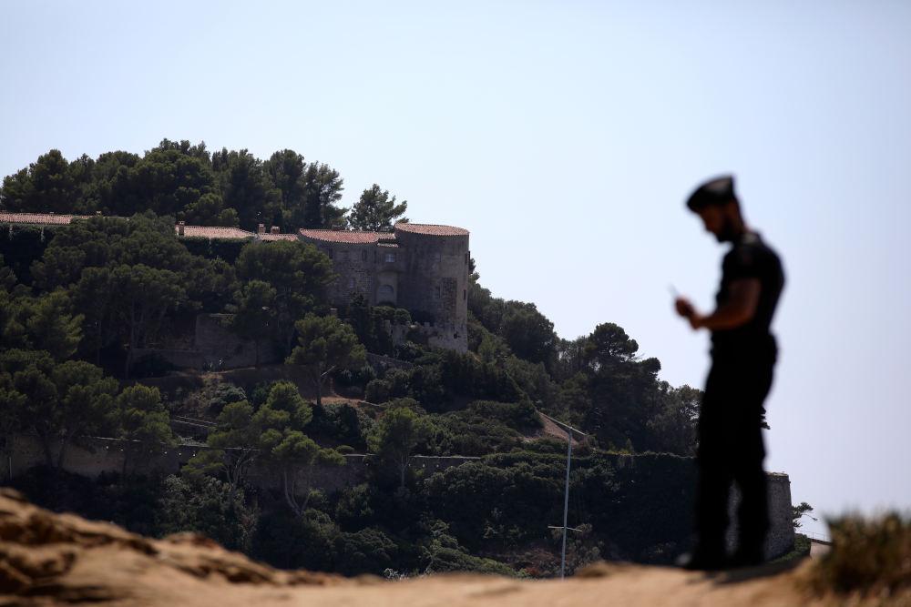 Το ιστορικό κτίριο του 17ου αιώνα, to κάστρο Μπρεγκανσόν, στη γραφική κατοικία στη Ριβιέρα, στις όχθες της Μεσογείου