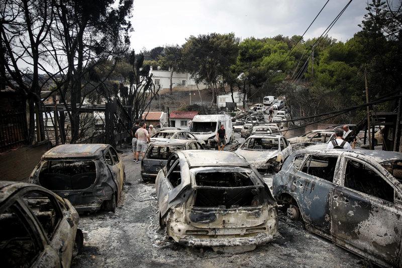 Δεκάδες καμμένα αυτοκίνητα την επόμενη μέρα της φονικής πυρκαγιάς στο Μάτι