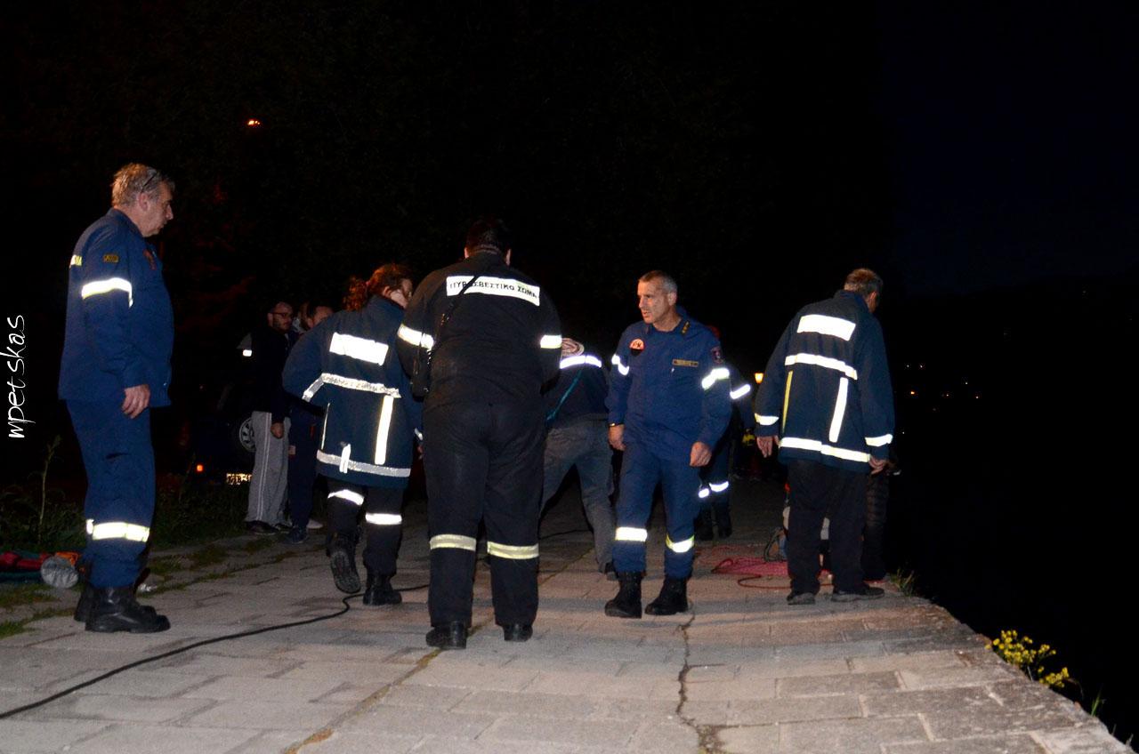 Πυροσβέστες στην άκρη της λίμνης στην Καστοριά