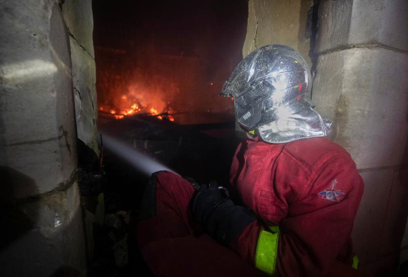 Πυροσβέστης δίνει μάχη με τις φλόγες μέσα στη Νοτρ Νταμ