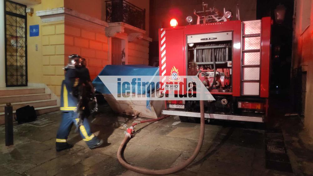 Άνδρες της Πυροσβεστικής και πυροσβεστικό όχημα στην Πλάκα