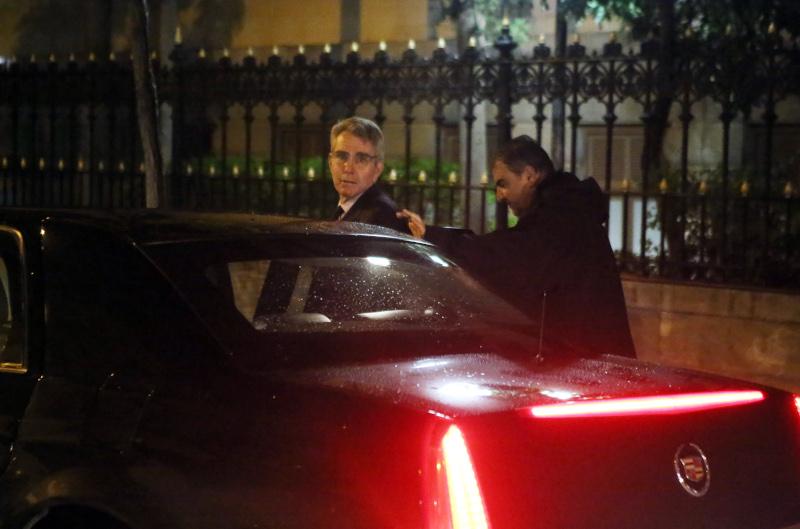 Ο Αμερικανός πρέσβης Τζέφρι Πάιατ αποχωρεί από το Μαξίμου μετά τη συνάντηση με Μητσοτάκη