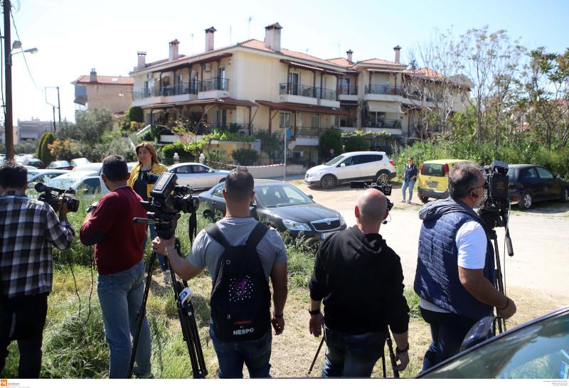 Φωτορεπόρτερ και δημοσιογράφοι έξω από το σπίτι όπου εκτυλίχθηκε η τραγωδία