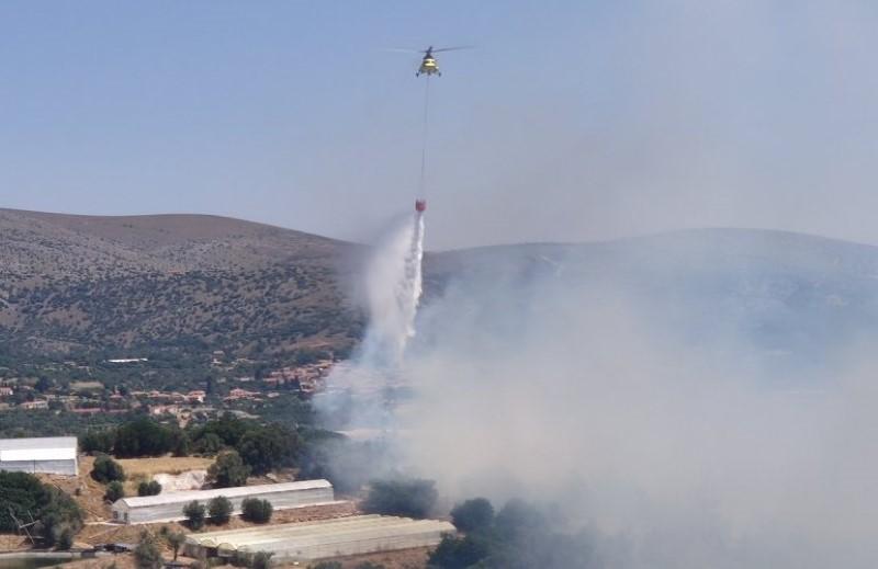 Ελικόπτερο που επιχειρεί στην πυρκαγιά της Χίου