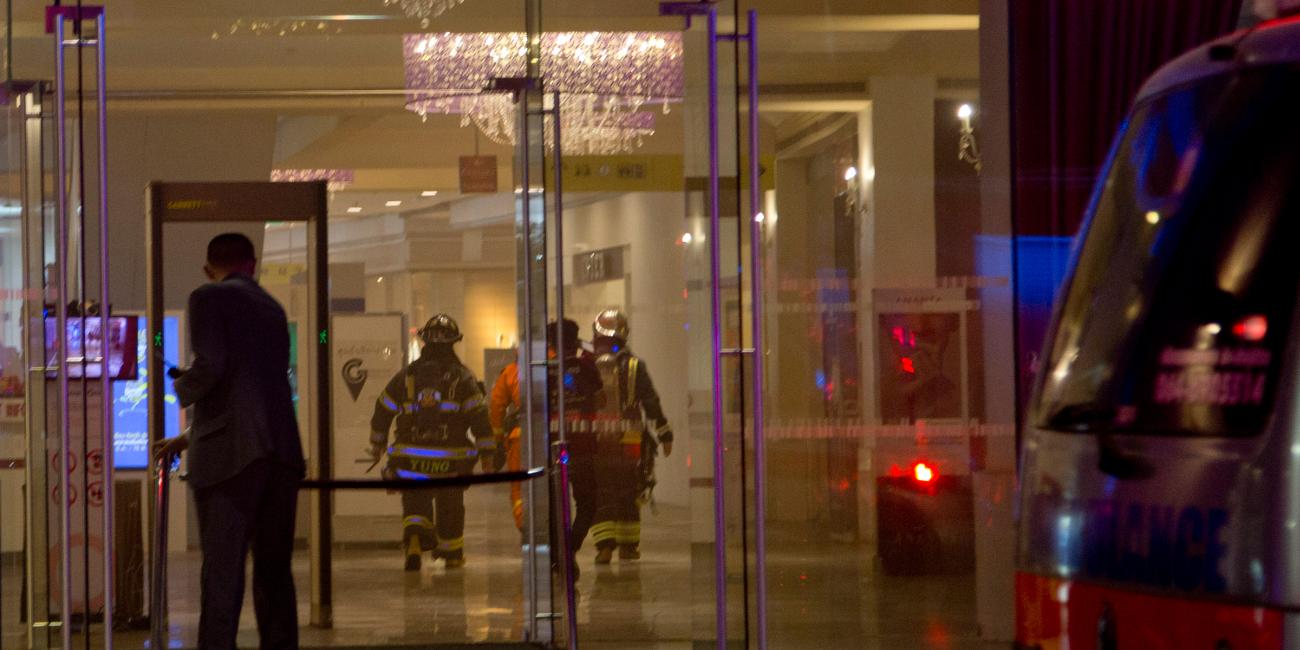 Πυροσβέστες μέσα στο εμπορικό κέντρο