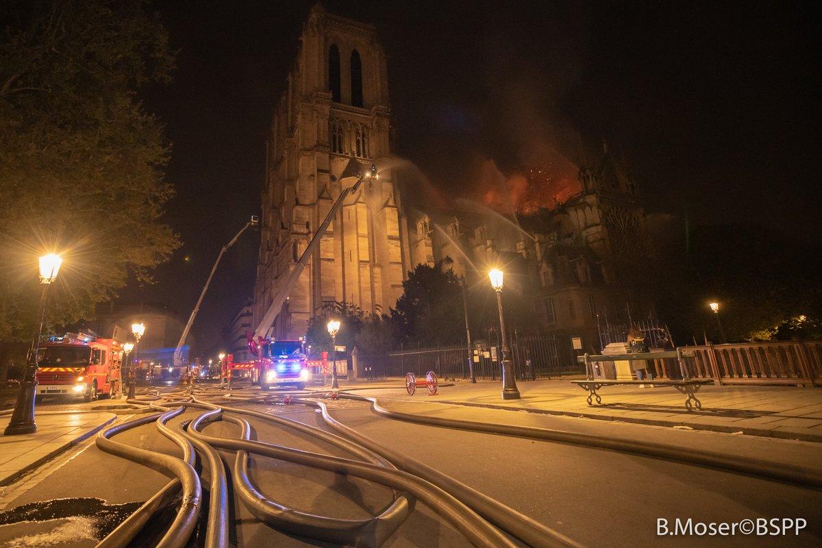 Πυροσβεστικά οχήματα σβήνουν τη φωτιά στην Παναγία των Παρισίων