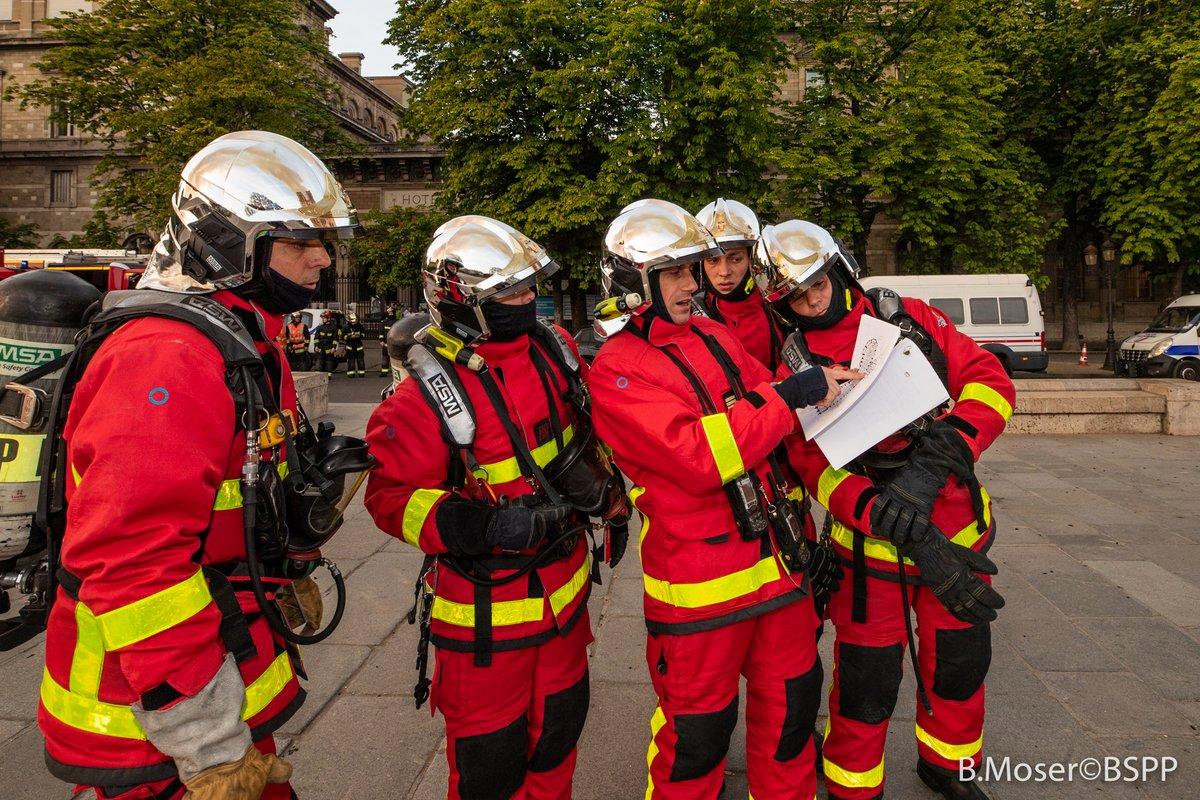 Γάλλοι πυροσβέστες συμβουλεύονται σχέδιο της Παναγίας των Παρισίων