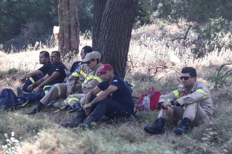 Πυροσβέστες που επιχειρούν στην Εύβοια