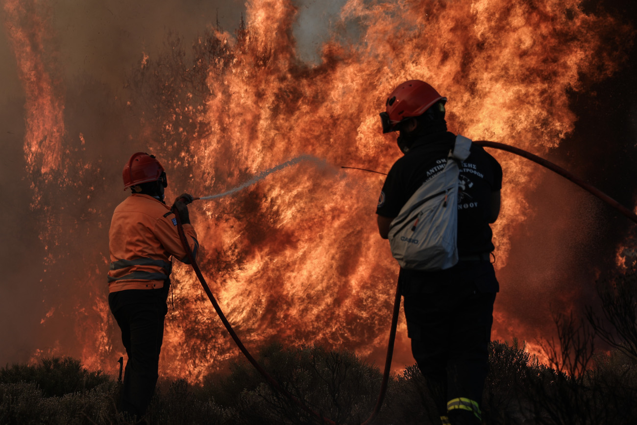 Πυροσβέστες σβήνουν φωτιά
